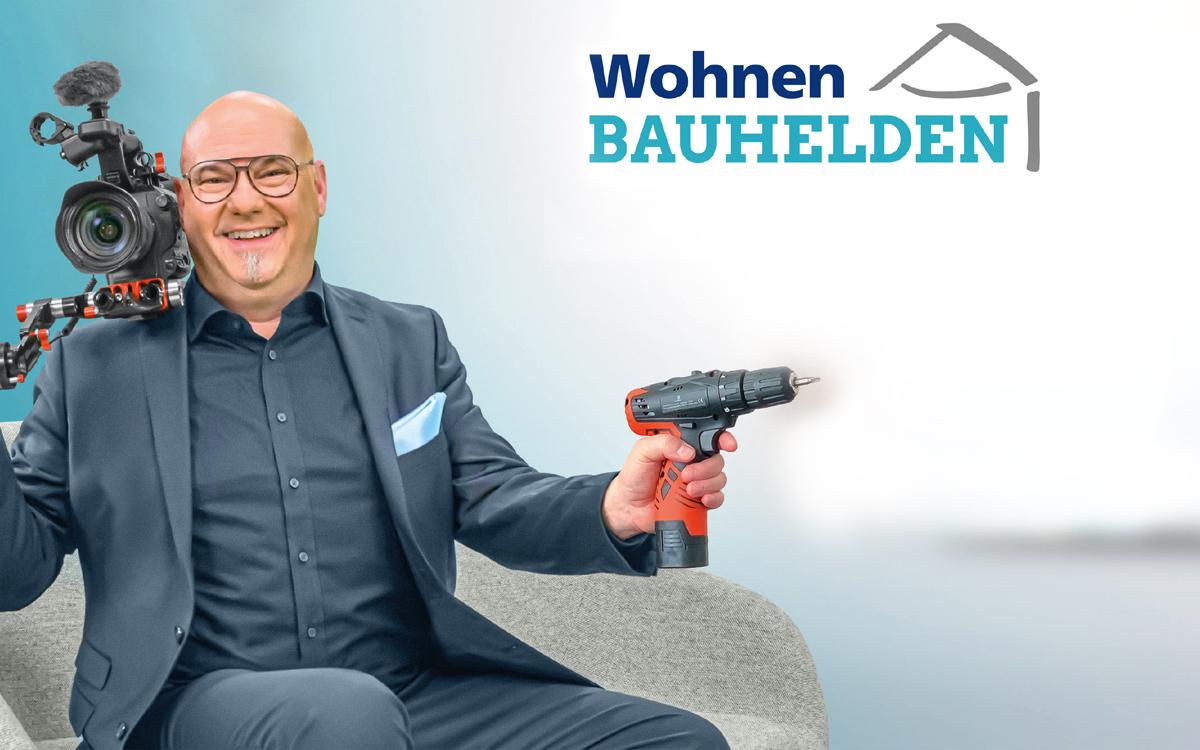 Moderator mit Kamera und Wohnen Bauhelden Logo