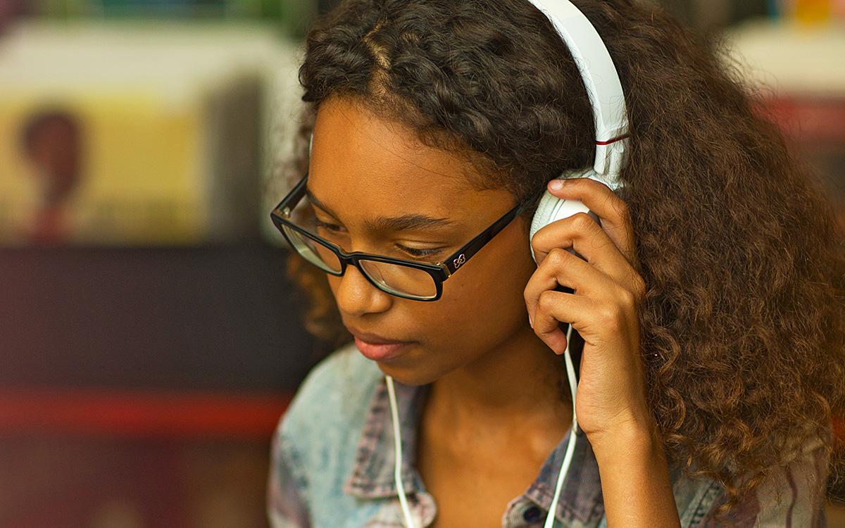 Jugendliche mit Kopfhörer