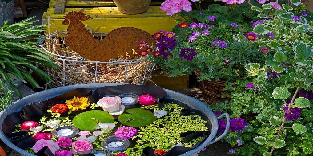 Ländlicher Blumengarten mit Miniteich