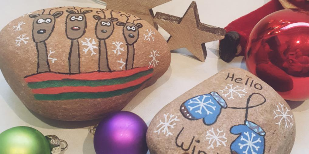 Steine mit Weihnachtsmotiven